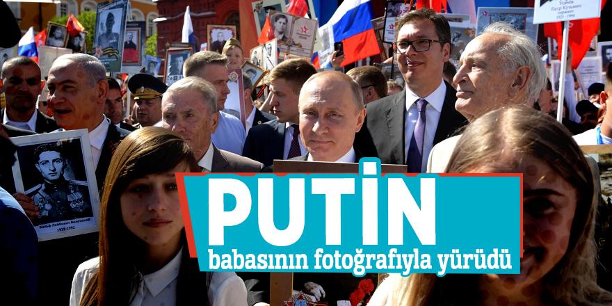 Putin, babasının fotoğrafıyla yürüdü