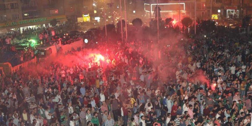Akhisar'da coşkulu kutlama! Sabaha kadar uyumadılar