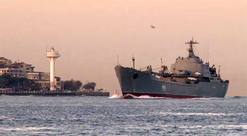 Rus savaş gemisi Boğaz'dan geçti!