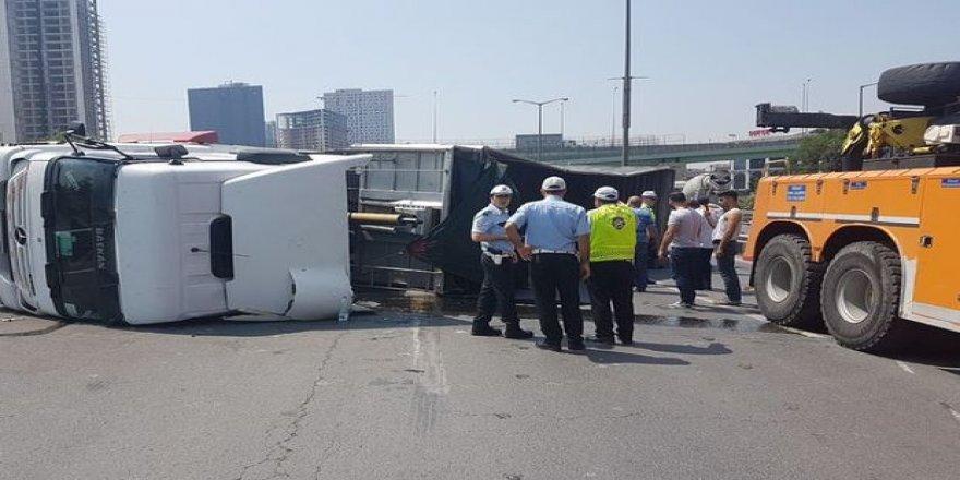 Başakşehir'de kamyon devrildi: 2 şerit trafiğe kapandı