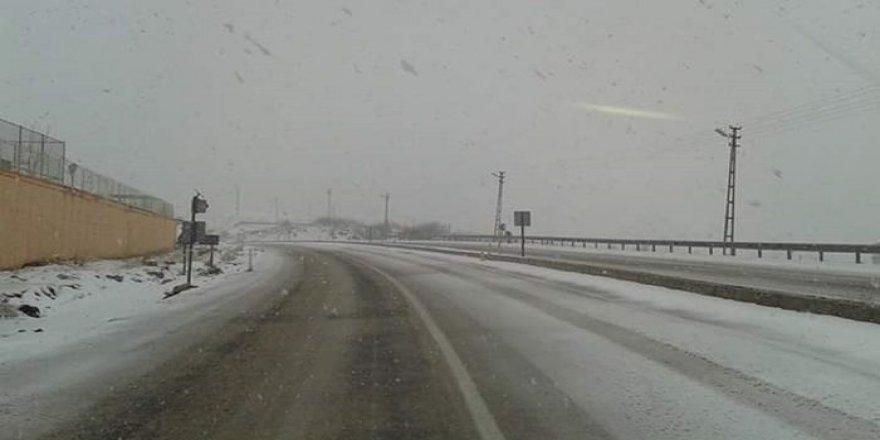 Türkiye'ye ilk kar yağdı! Kısa sürede beyaza bürüdü