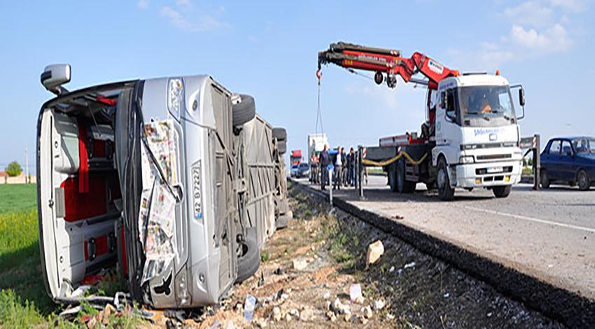 Yolcu otobüsü devrildi: 3 ölü 40 yaralı