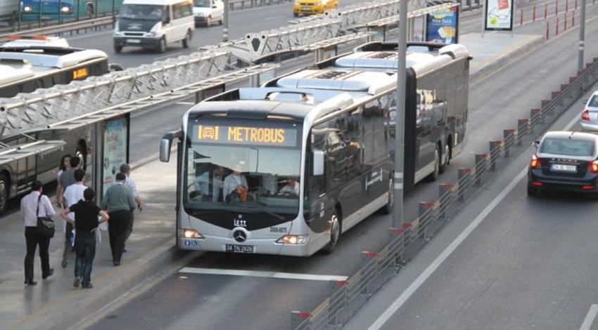 Avcılar'da metrobüs durağında hareketli anlar