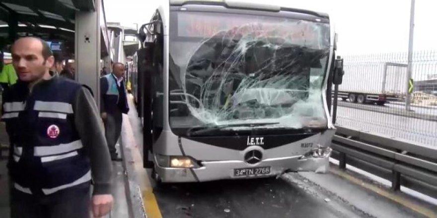 Son dakika: 2 metrobüs çarpıştı!