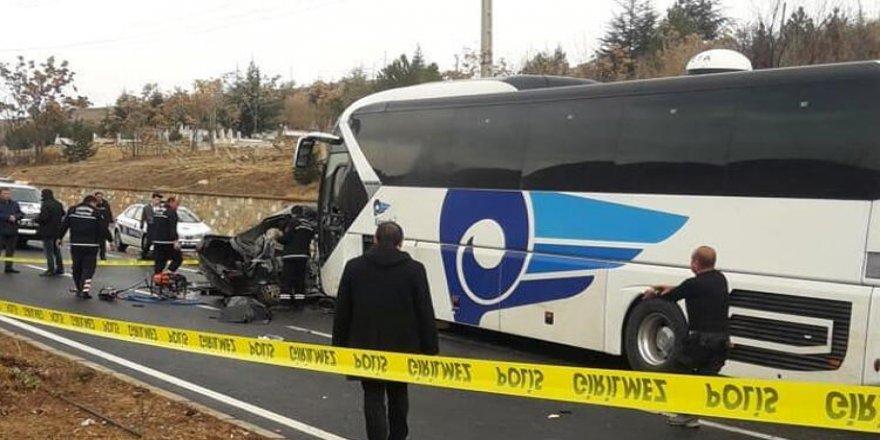 Kırşehir'de otobüs ile otomobil çarpıştı: 3 ölü, 1 yaralı