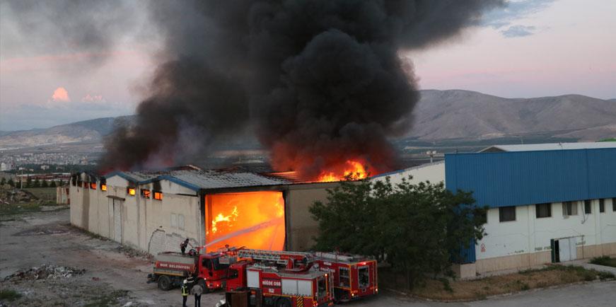 Niğde'de tekstil fabrikasının deposunda çıkan yangında alevlere teslim oldu