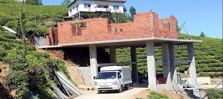 Köy yolunun üzerine ev yapıyor