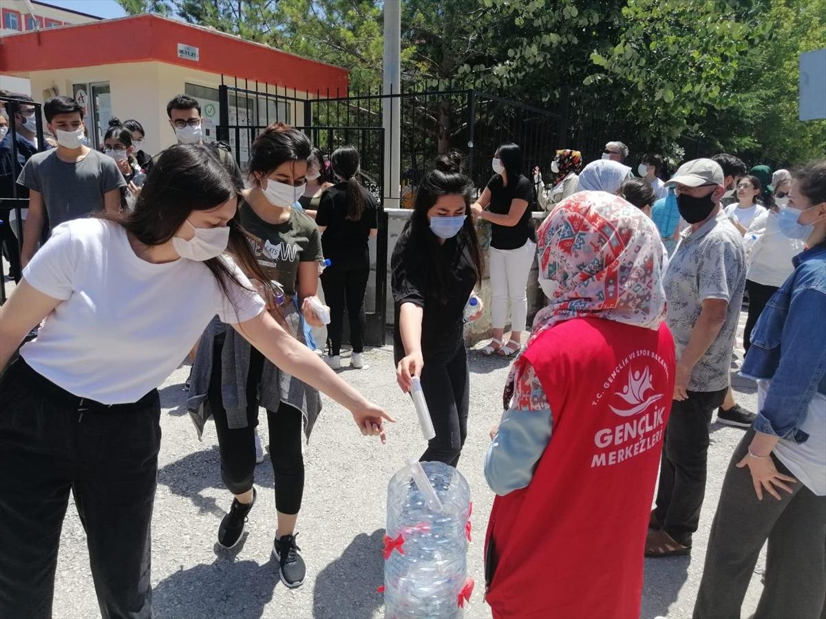 Bakan Kasapoğlu: YKS'de Dağıtılan Kalemler Gönüllü Gençler Tarafından Üretildi