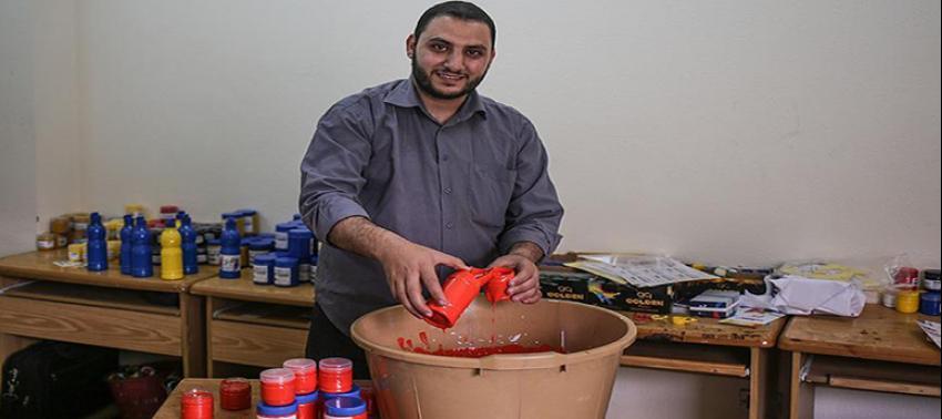 Gazzeli ressam 'abluka' sebebiyle kendi boyasını üretiyor