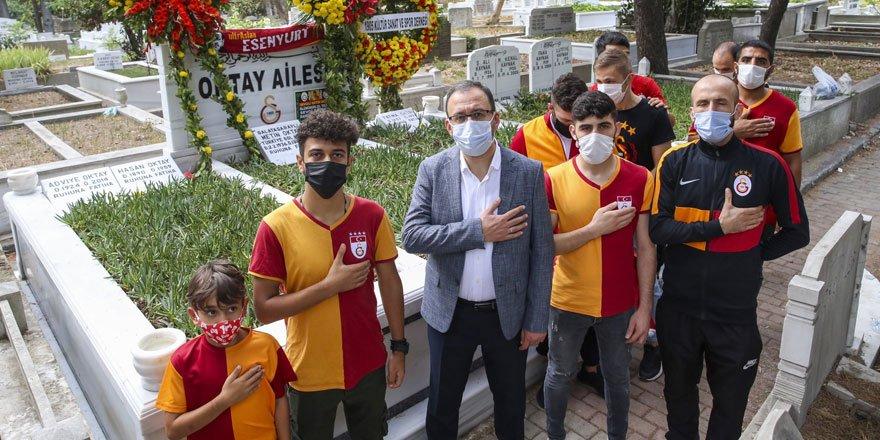 Bakan Kasapoğlu Taçsız Kral Metin Oktay'ı kabri başında andı!
