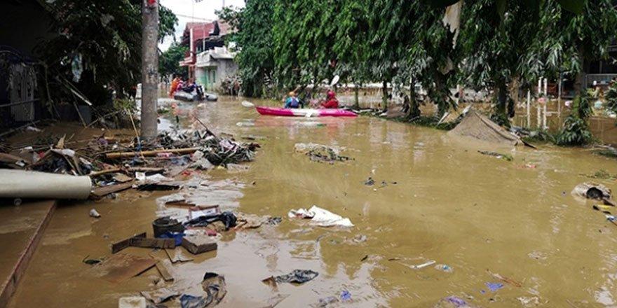Endonezya'da sel felaketi: Binlerce ev sular altında kaldı, 1 kişi öldü
