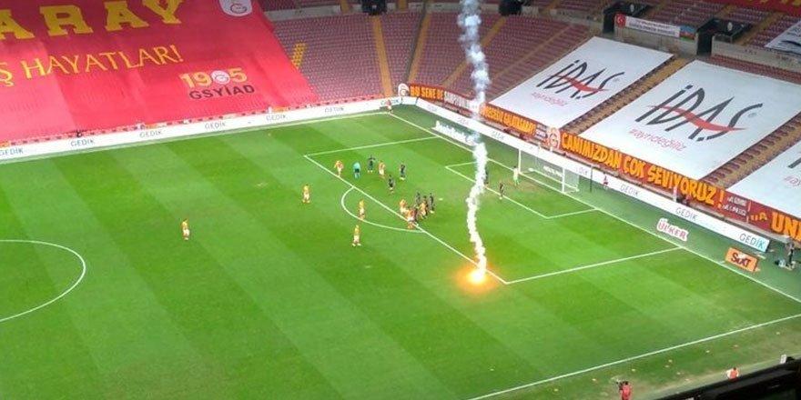 Galatasaray Fenerbahçe derbisinde sahaya meşale atıldı
