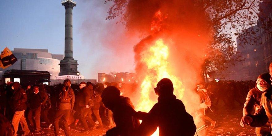 Fransa'da sokakları karıştıran yasa geri çekildi