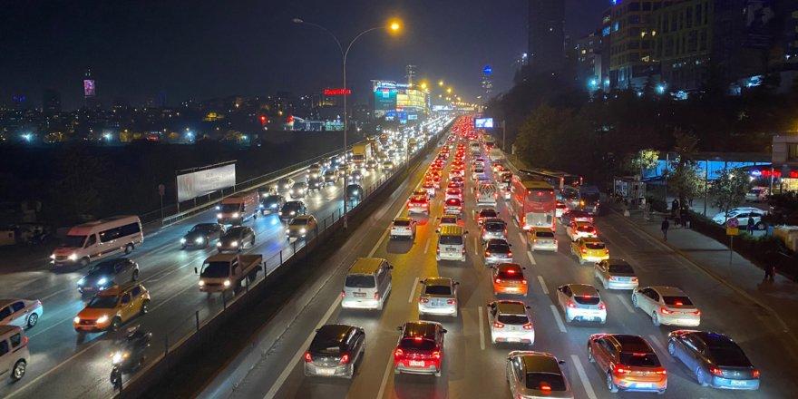 56 saatlik kısıtlama öncesi İstanbul'da trafik kilitlendi