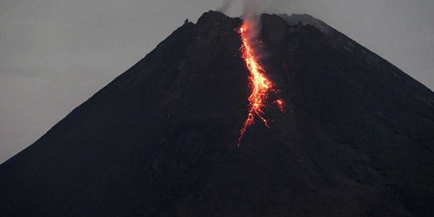 Endonezya'da Merapi Yanardağı son 6 saatte 36 kez lav püskürttü