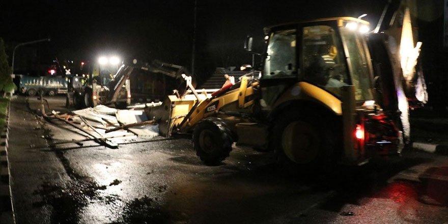 Manisa'da fırtınada çatılar uçtu, duvarlar ve ağaçlar devrildi