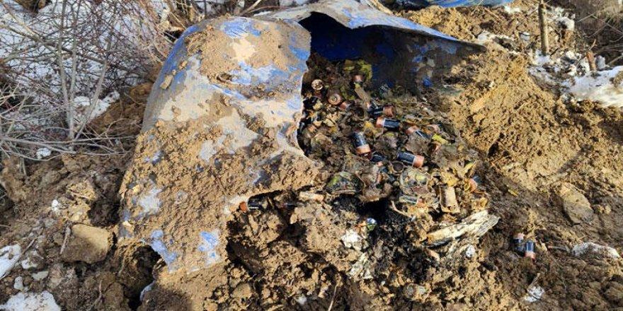 Bitlis'te teröristlerce toprağa gömülmüş yüzlerce pil bulundu
