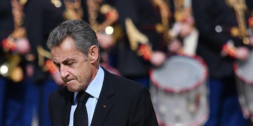 """Eski Fransa Cumhurbaşkanı Sarkozy'ye """"yolsuzluk""""tan 3 yıl hapis cezası verildi"""