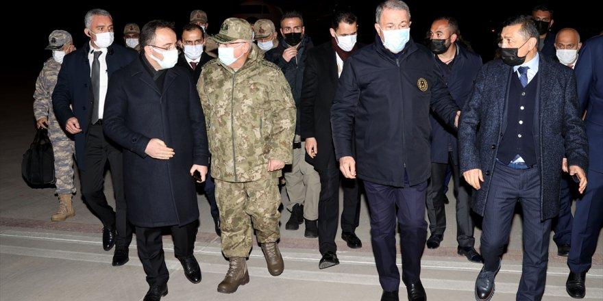 Bakan Akar, Tatvan'da Askeri Helikopterin Düşmesine İlişkin 8. Kolordu Komutanlığında Bilgi Alıyor