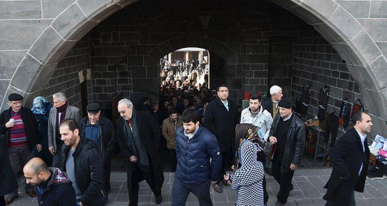 Sur'da cuma namazı sonrası teröre yine tepki