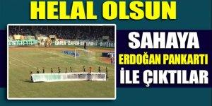 Sakaryaspor'un oyuncuları sahaya Erdoğan pankartı ile çıktı