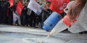 CHP'nin eylem zihniyeti: Litrelerce sütü yere döktü