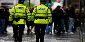 İngiltere'de polis telefonları gasp ediyor!