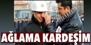 Şehit yakını, cenaze töreninde ağlayan polisin gözyaşlarını sildi