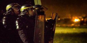 Fransız güvenlik görevlileri kameralı kayda geçiyor