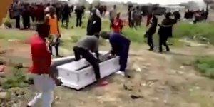 Cenaze töreninden naaşı çaldılar!