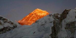 Everest'in zirvesi çöktü!
