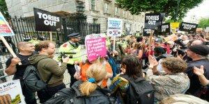 İngiltere'de insanlar sokaklara döküldü