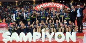 Galatasaray yenen Fenerbahçe kupayı müzesine götürdü