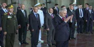 Başbakan Yıldırım Anıtkabir'de Fatiha okudu