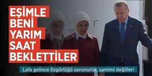 Erdoğan: Eşimle beni yarım saat beklettiler