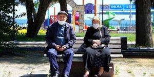 Antalya ve Muğla başta olmak üzere bazı illerde 65 ve üzeri yaştaki vatandaşlar güneşli havanın keyfini çıkardı