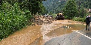 Rize'de şiddetli yağış hayatı olumsuz etkiledi! Sel ve heyelanda mahsur kalanlar var
