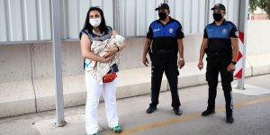 Hamile kadın uygulama noktasındaki polisin yardımıyla doğum yaptı!