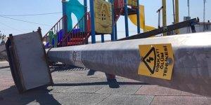 Çocuk parkında feci ölüm: Üzerine elektrik direği devrildi