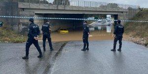 Sağanak yağışta mahsur kalan taksici kepçe yardımıyla kurtarıldı