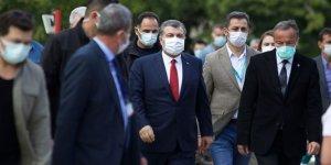 Sağlık Bakanı Koca'dan depremzedelere ziyaret: 5 hastanın riski bulunuyor