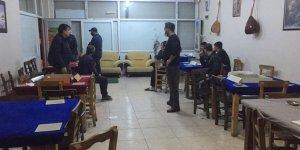 Mum ışığında kumar oynayan 32 kişiye ceza yağdı!