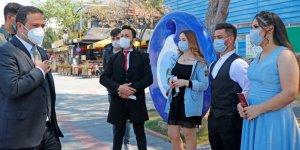 Fethiye Kaymakamı Eyüp Fırat, yeni evlenen çifte maske hediye etti