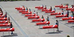 Türk Bayrağına sarılı 150 tabut, görenleri şaşkına çevirdi