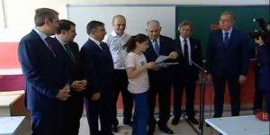 Başbakan öğrencilere karne dağıttı!