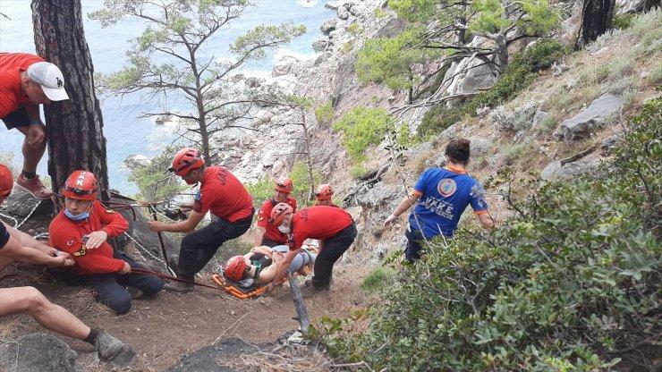 Fethiye'de kayalıklardan düşerek ayağı kırılan ve mahsur kalan turist kurtarıldı